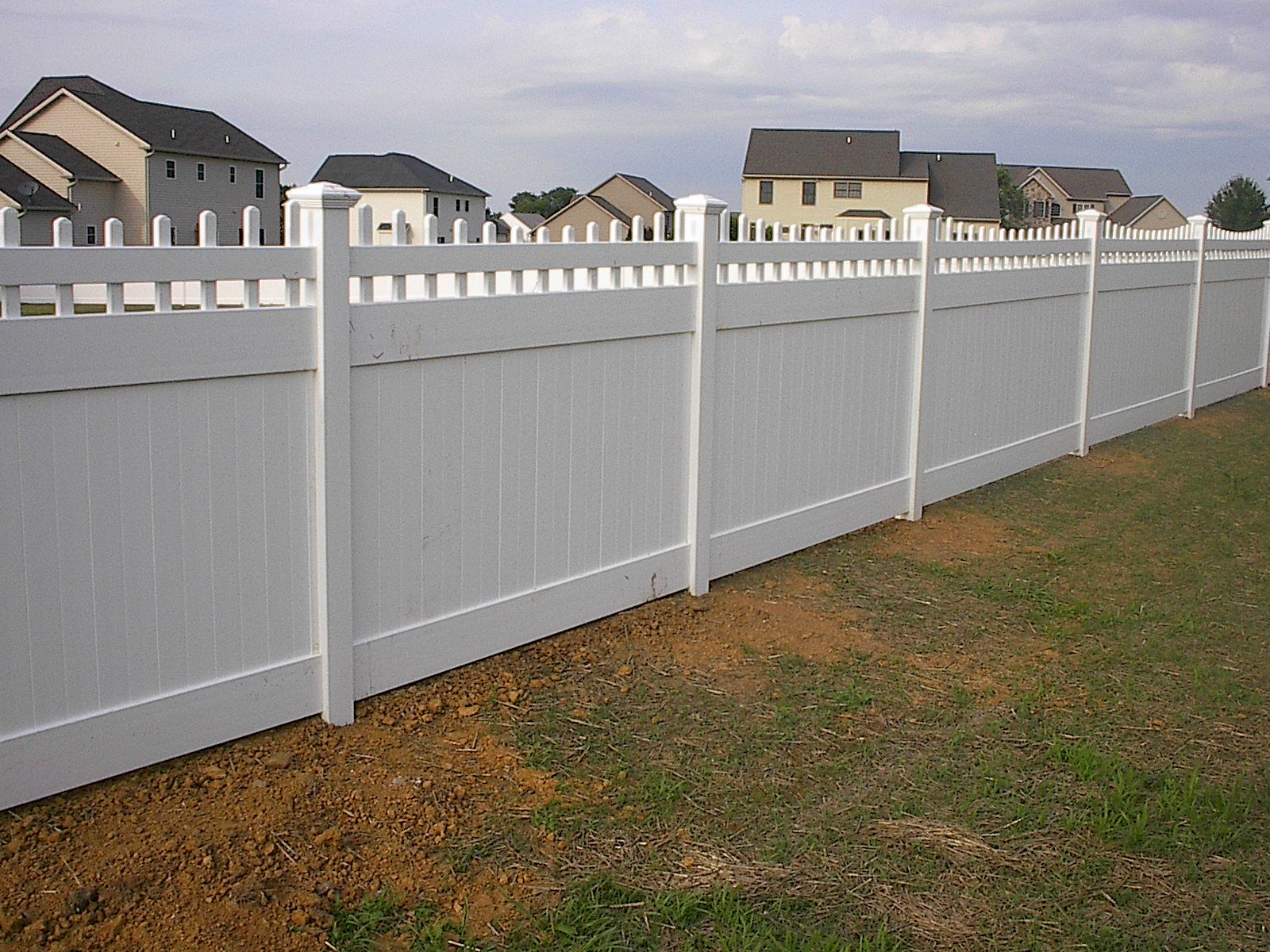 PRIZM VINYL FENCES Style Bedford Spindle Thru Color White
