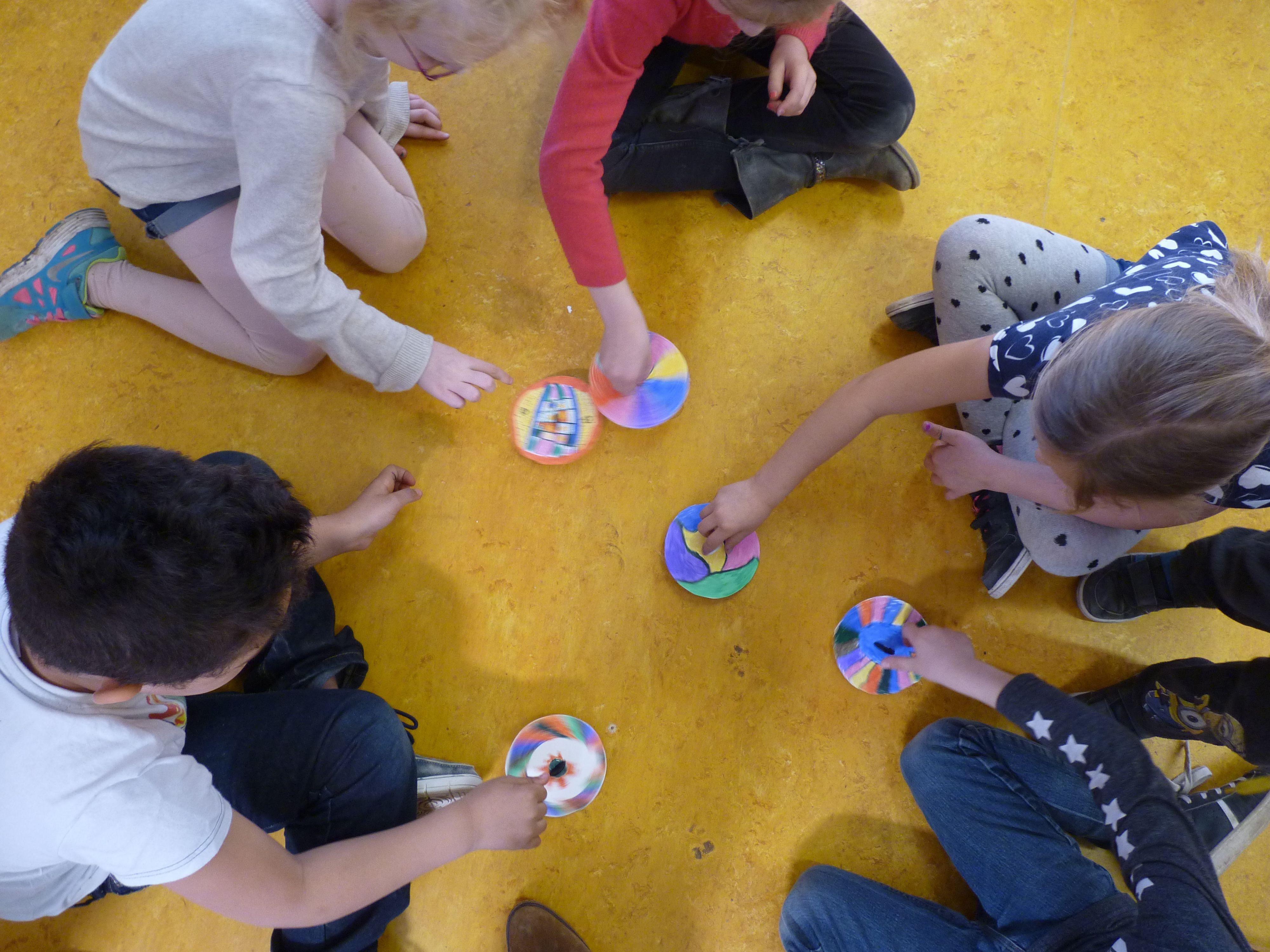 Draaiende planeten: cirkel van karton, mooi patroon met vilstift en een grote knoop om het te laten draaien!