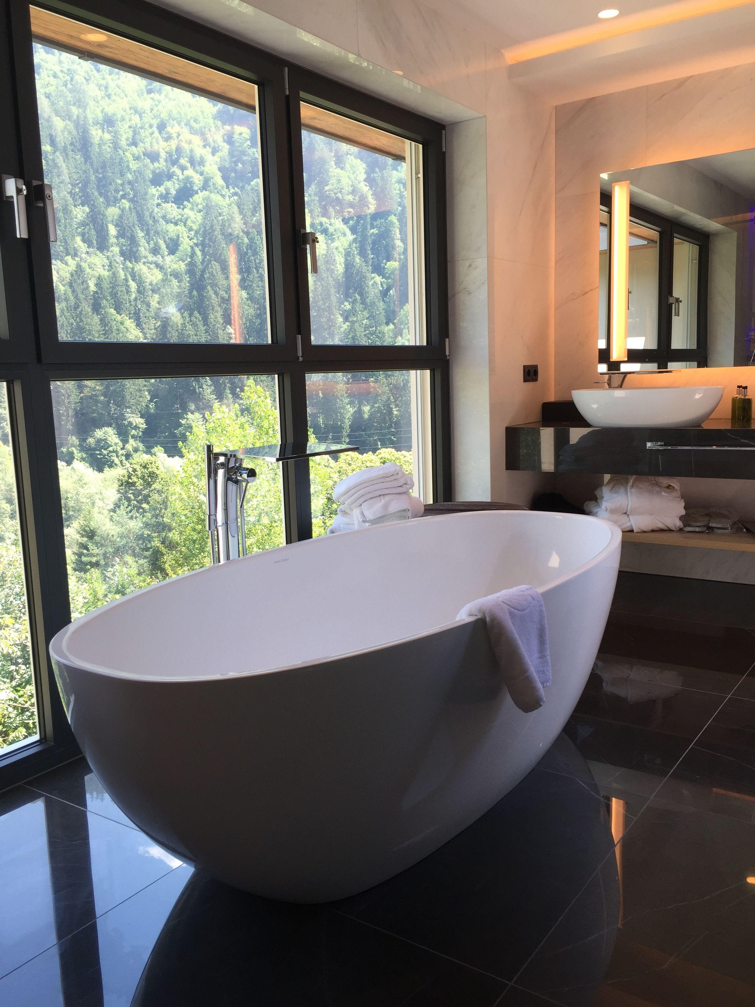 Freistehende Badewanne Auf Bodenfliesen In Marmoroptik #Badezimmer #Badewanne #Marmorfliesen