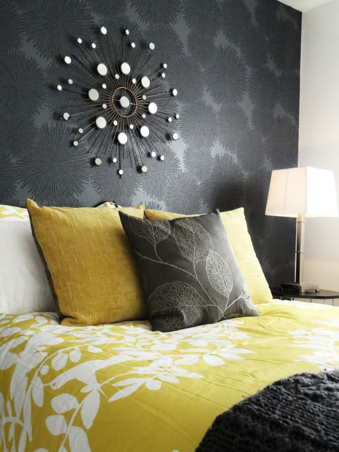 schlafzimmer grau wandtapete wanddeko florale elemente gelbe