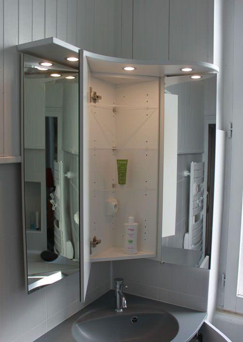 Les Petites Salles De Bain Sont Parfois Difficiles A Amenager Voici Un Miroir En Angle Avec Du Rangement Meuble Salle De Bain Idee Salle De Bain Salle De Bain