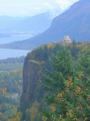 Vista House At Crown Point Columbia River Gorge Oregon Vista House Places To Go Scenic