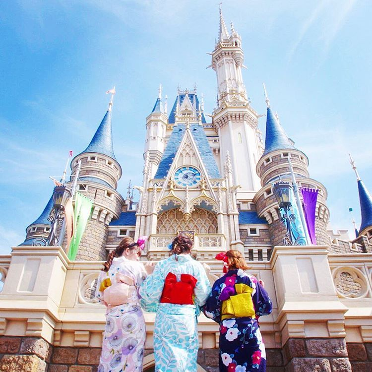 Enjoy your summer wearing a yukata! ゆかたディズニー #yukata #cinderellacastle…