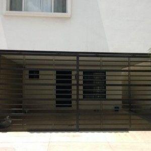 Puerta de garage sencilla con barrotes horizontales de for Portones de hierro para garage