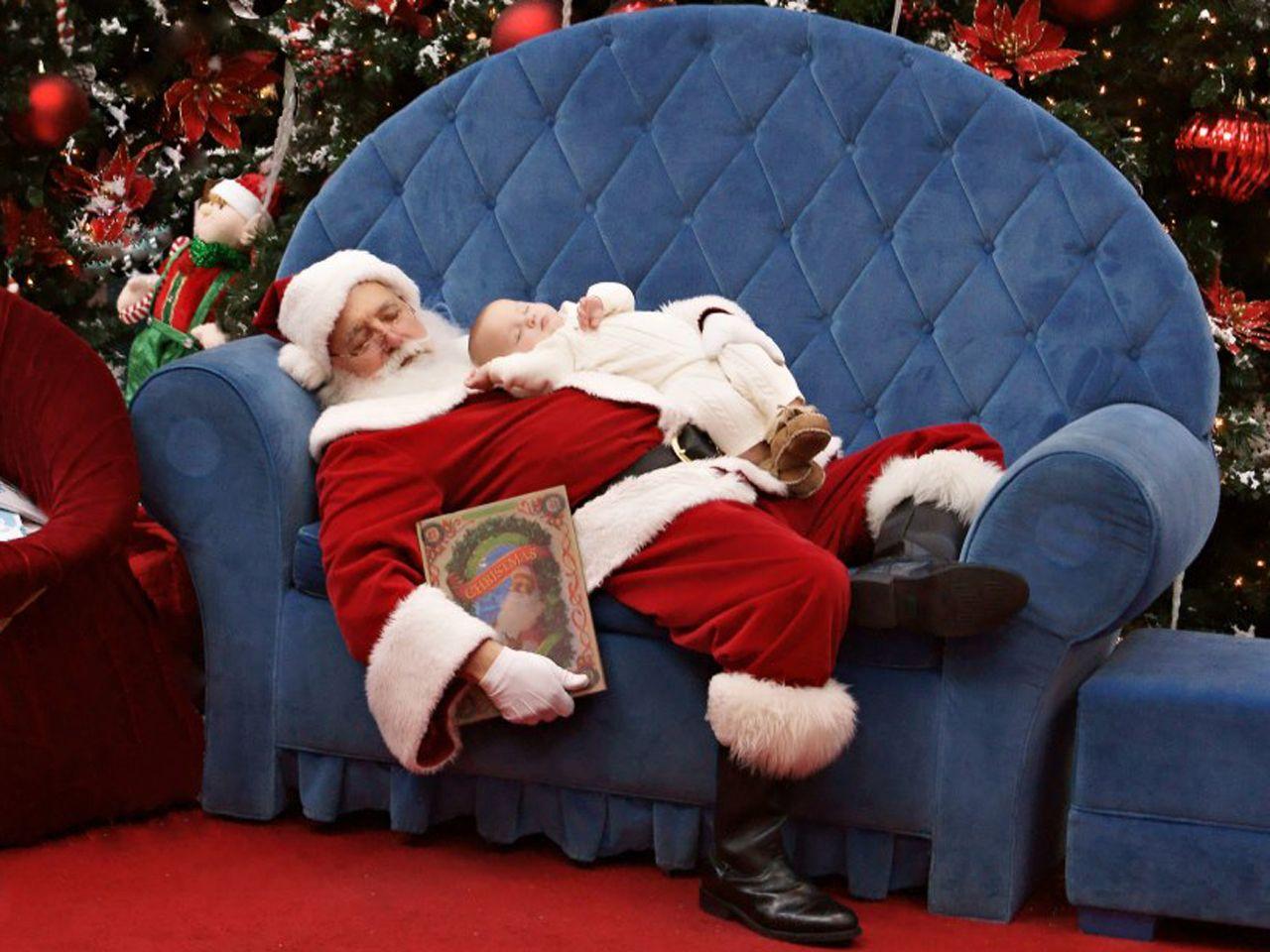Photo Of Baby Sleeping On Santa Goes Viral Santa Pictures Santa Photos Christmas Pictures