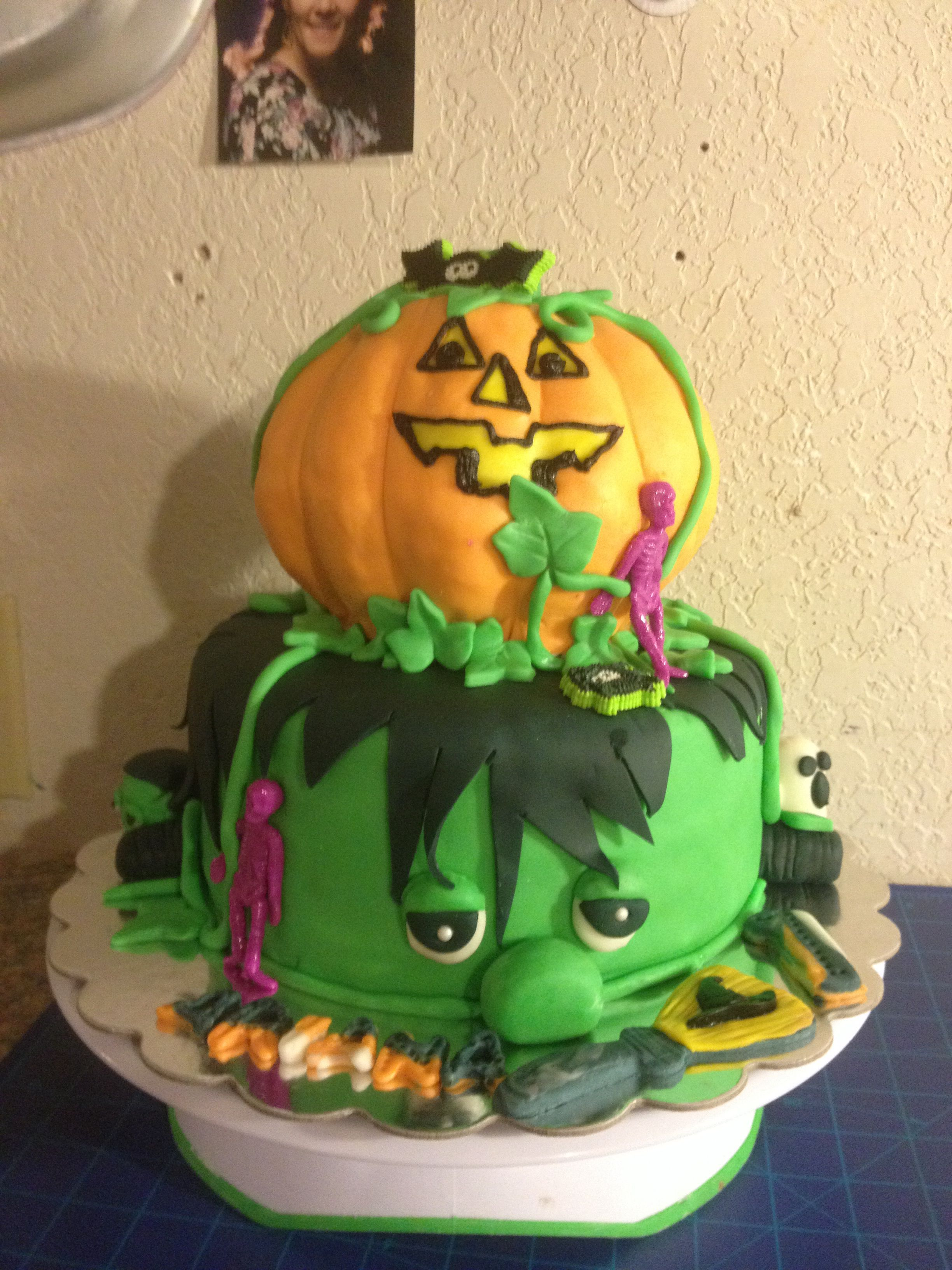 Frankie and Punkin...my latest Halloween cake for little Ariana's first birthday party! Complete w matching smash cake and somehow had an extra 6 incher so made a witch cake too!!!