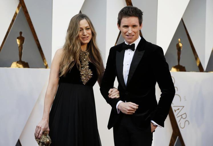 """Oscars 2016: Schauspieler Eddie Redmayne (nominiert für """"The Danish Girl"""", im Bild mit Ehefrau Hannah) trägt einen Smoking von Alexander McQueen. (Bild: Reuters)"""