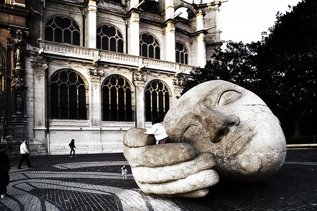 Estatua  a la entrada de la Iglesia de Saint Eustache en Paris.  Via flickr