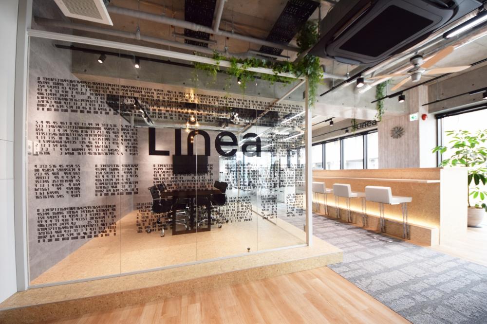 ガラスに囲われた会議室 スケルトン天井で開放感溢れるオフィス デザイナーズオフィスのヴィス Designers Office