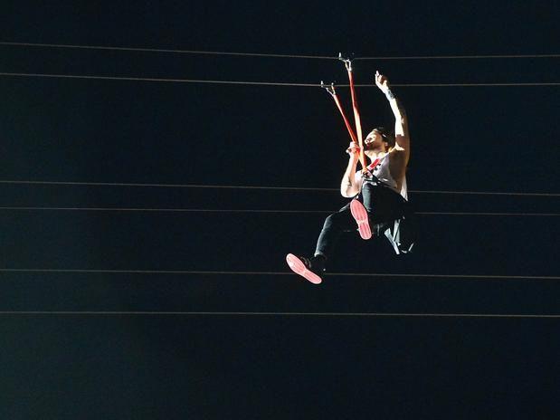 Jared Leto, vocalista do Thirty Seconds To Mars, pulou de uma tirolesa e sobrevoou o público Foto: Daniel Ramalho / Terra