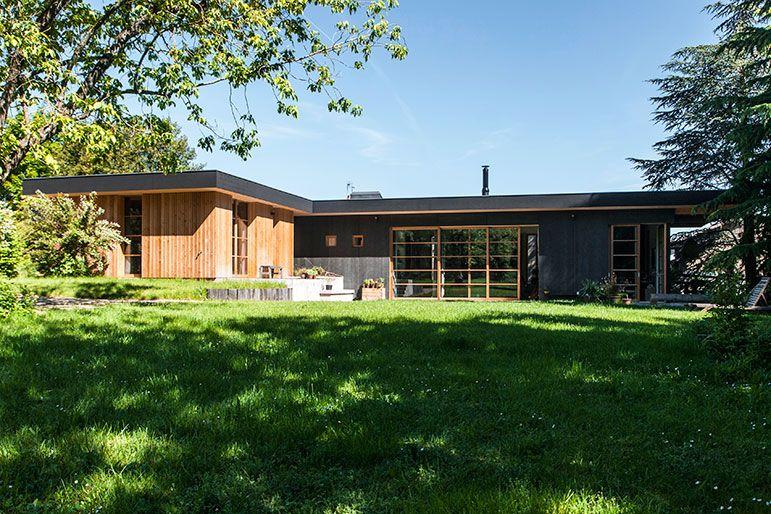 La maison, en ossature bois est de plain-pied et forme un L allongé