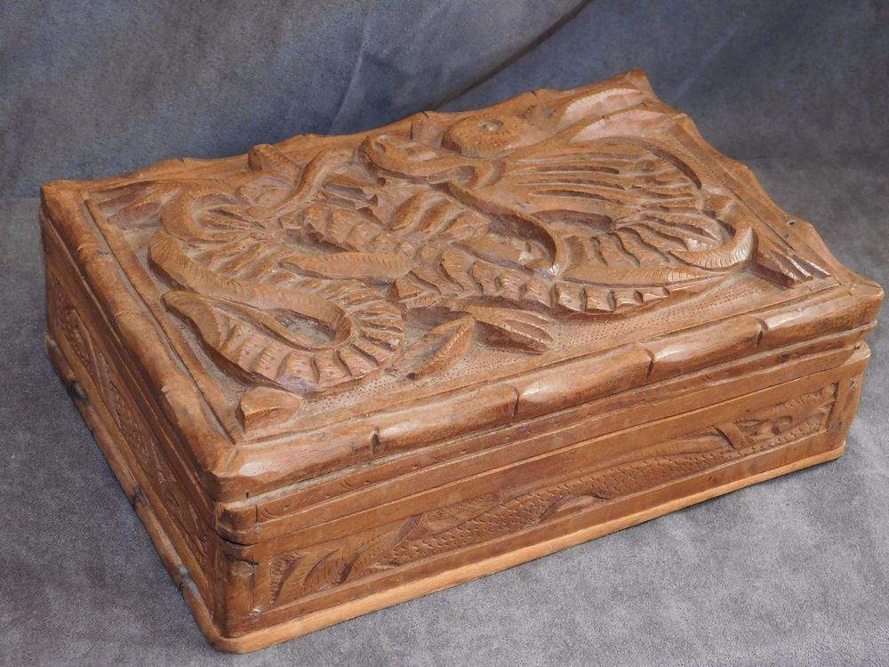 beau coffre ancien en bois sculpte d 39 un dragon art populaire petits coffres boites a bijoux. Black Bedroom Furniture Sets. Home Design Ideas