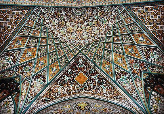 荘厳な幾何学模様 イスラム教の礼拝堂にある天井装飾を撮影した