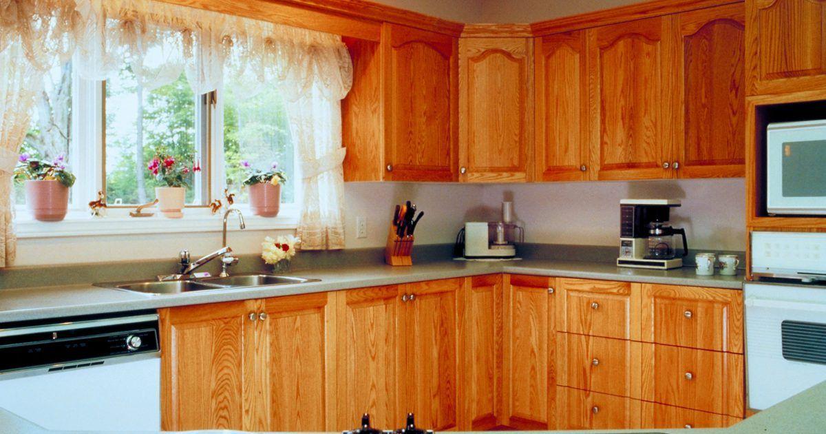 El Mejor Color De Mesada De Granito Para Gabinetes De Roble Gabinetes Laminados Limpiar Gabinetes De Cocina Gabinetes De Cocina De Madera
