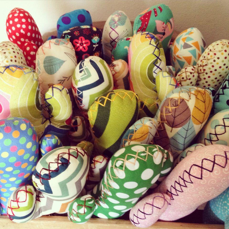 """Ya van cogiendo forma!!! Coser coser y coser es el lema de hoy, para tenerlos listo y preparados para la semana. """"Te cuento un secreto... veo cactus de tela por todas partes"""" jajaja... FELIZ Soleado FINDE CACTUSEROS!!! #cactusdetela #cactus #tela #fabric #personalizado #customized #handmade #hancraft #design #decoración #hechoamano #DIY #artesanal #artesanía #colour #color #colección #collection #hanger #patchwork #únicos"""