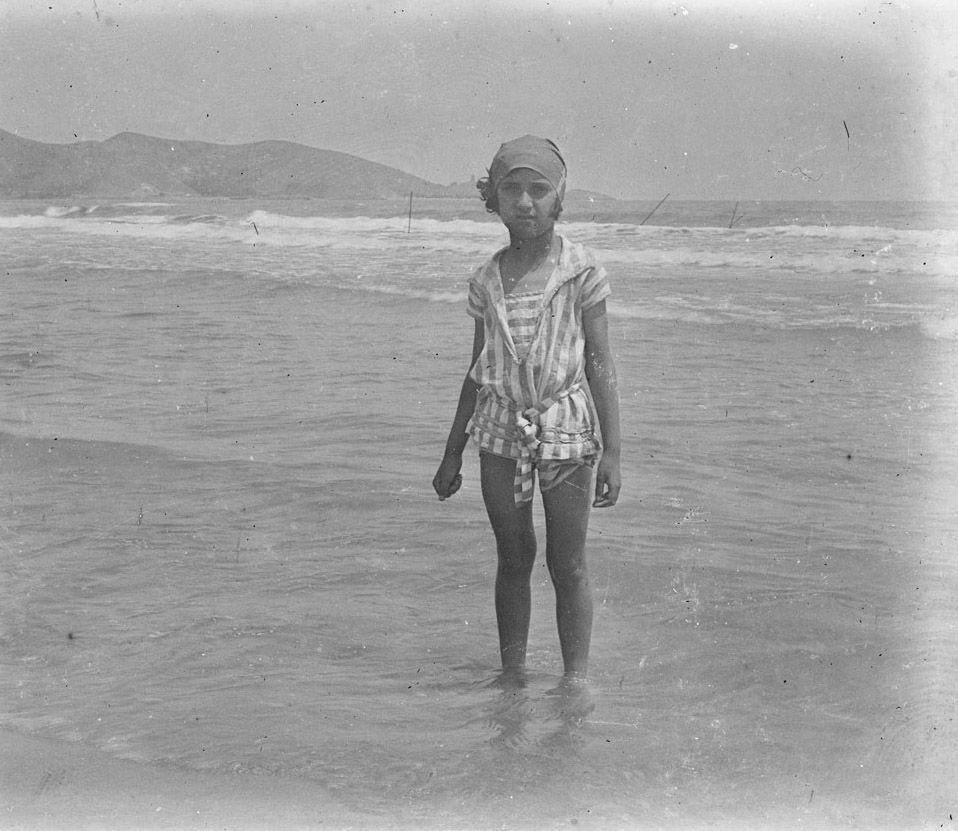 Niña en la playa de Cullera, entre 1919-1927. Fotografía de Francisco Roglá López, (1894-1936). Colección de Colección de fotografías de Cullera III. Donación Familia Roglá