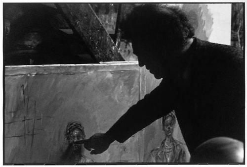 Alberto Giacometti nel suo studio parigino, 1945-1946 [foto di Henri Cartier-Bresson per Magnum].