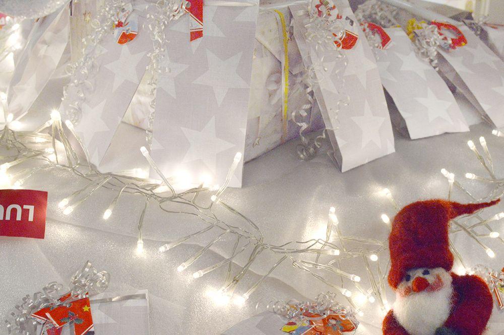 Luukku 1: Mikä vilahti Tietomaan kuusen alla näin joulun alla? Tonttu joulukalenteria ihaili ja iloisesti sanaili: - Joka päivä joku onnekas pussukkaan kurkistaa, ja omaksi mukavan yllätyksen saa.