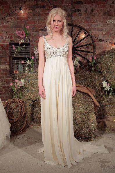 10 Beach Wedding Dresses You Can Buy Off The Rack Pretty Dresses Jenny Packham Bridal Bridal Fashion Week