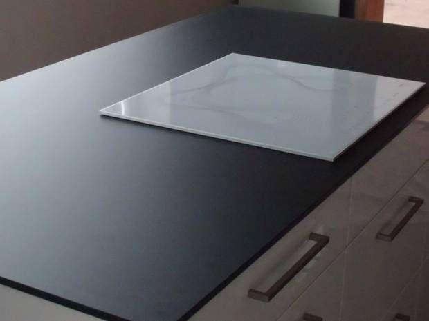 Glasarbeitsplatten bestehen aus Sicherheitsglas, das nicht nur hitzebeständig, sondern auch schlag- und stoßfest ist. In sattem Schwarz wirkt es besonders edel.