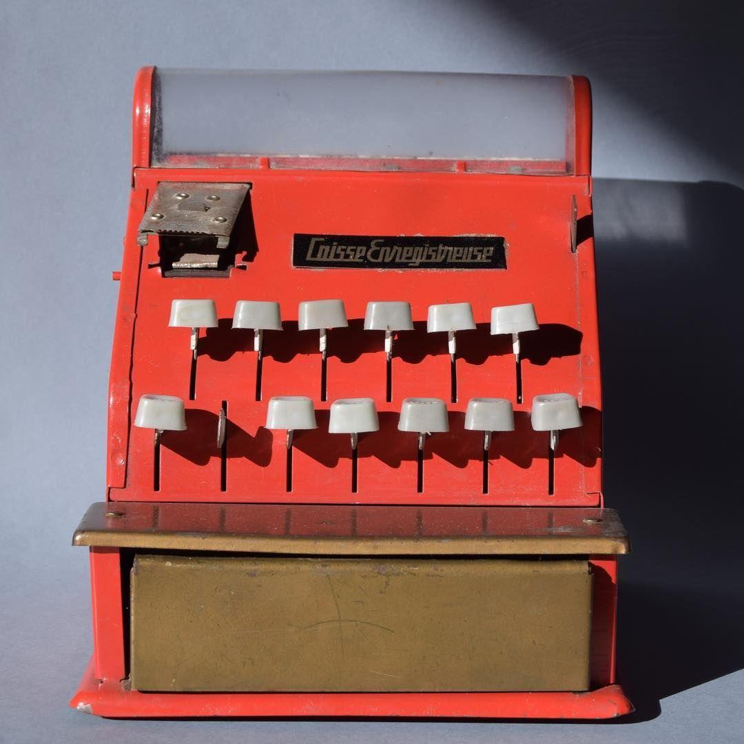 Ancienne caisse enregistreuse jouet. #aupresdemonttoi #brocante #brocanteenligne #chineaddict #etsyfrance #loireetcher #sologne #decorouge #decochambreenfant #caisseenregistreuse #frenchvintage #decovintage #vintageforkids #rouge #reddecor #avendre