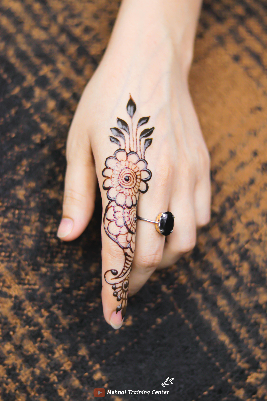 تصميم الحناء هذا للإصبع تصميم بسيط جميل للحناء تطبيق هذا الحناء بسهولة على يدك Mehndi Designs For Fingers Hand Tattoos Hand Henna