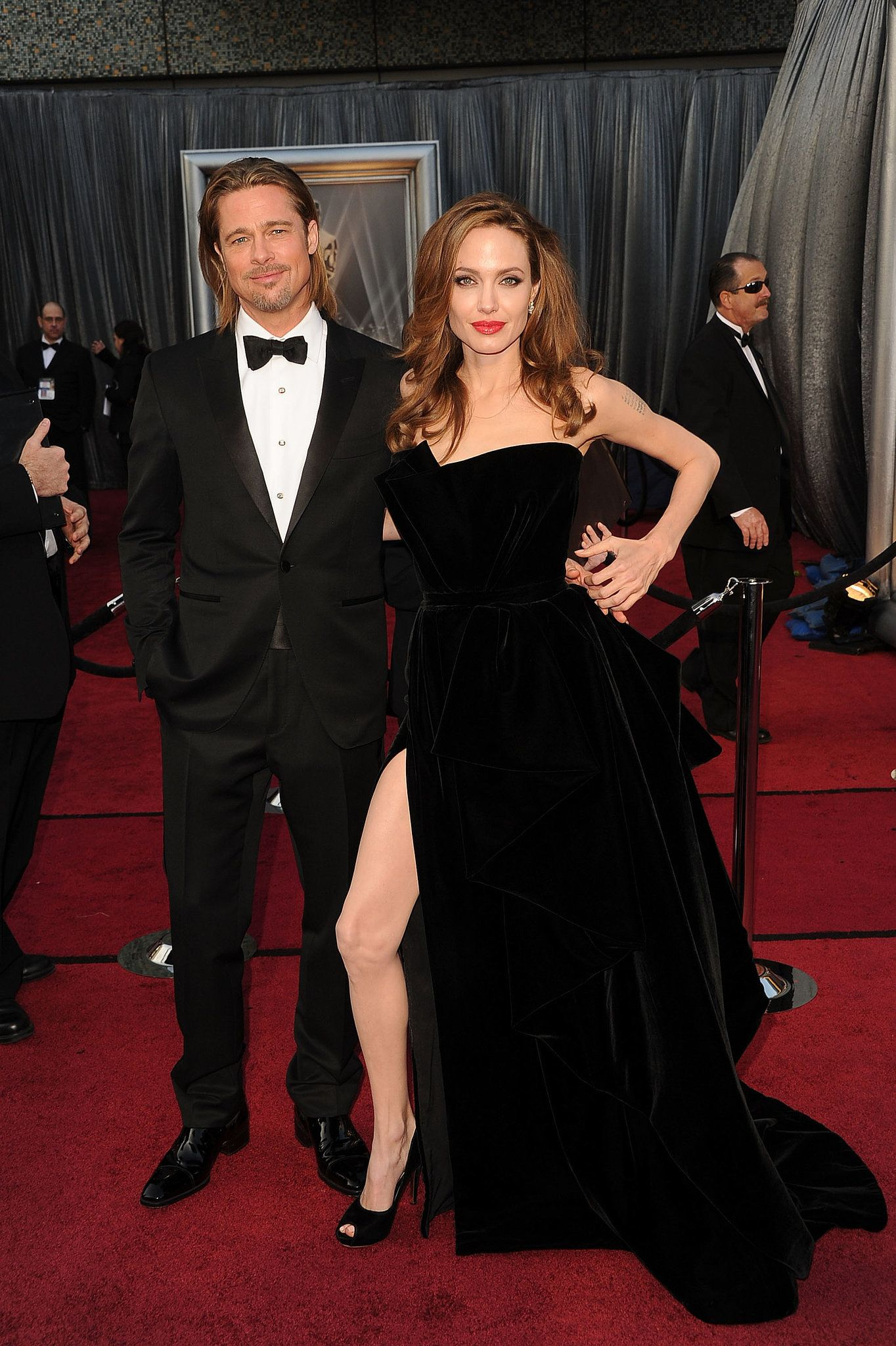 Angelina Jolie Showed Off Her Now Infamous Leg On The Red Carpet With Revisit Iconic Oscars Moments From The Past Brad Pitt And Angelina Jolie Brad And Angelina Strapless Dress Formal