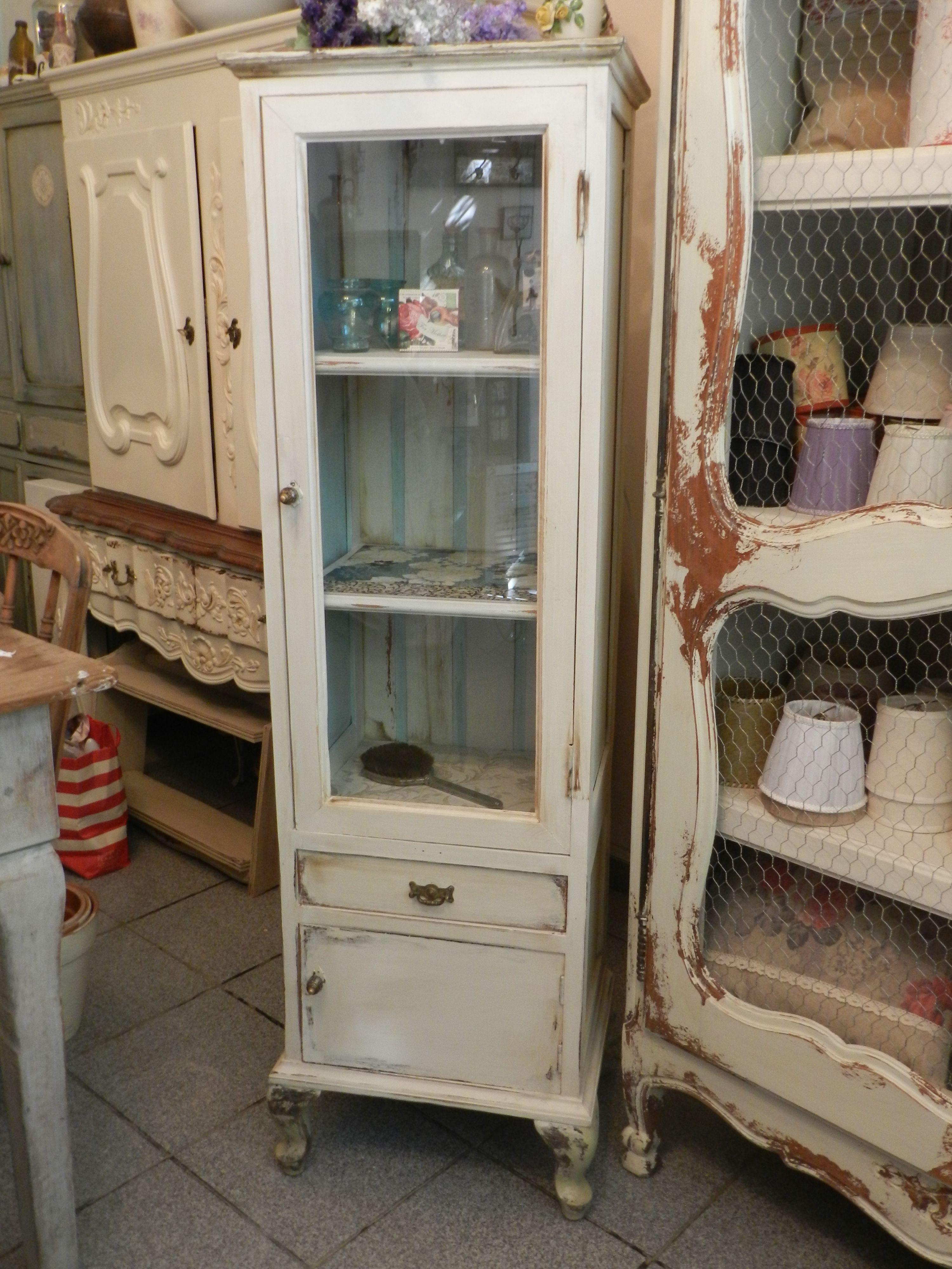 Alacena reciclada de una mesa de luz decapada y estantes for Alacenas vintage