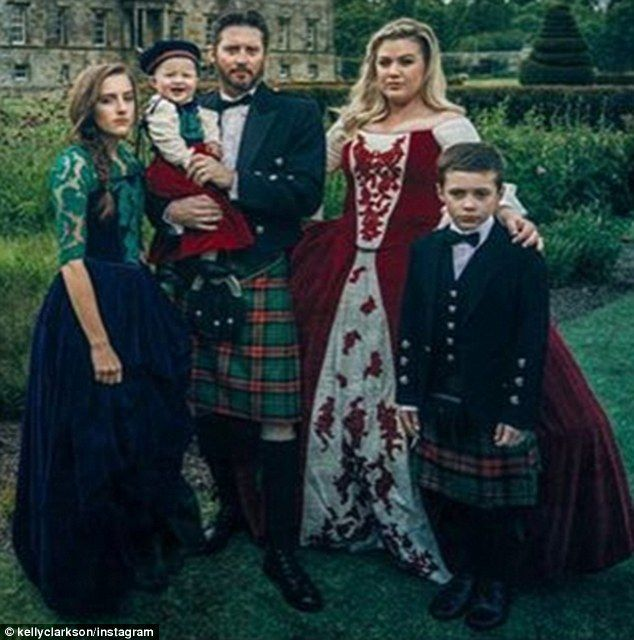 Kelly Clarkson Dons Medieval Dress For Family Got Theme Christmas Card Kelly Clarkson Celebrity Families Kelly