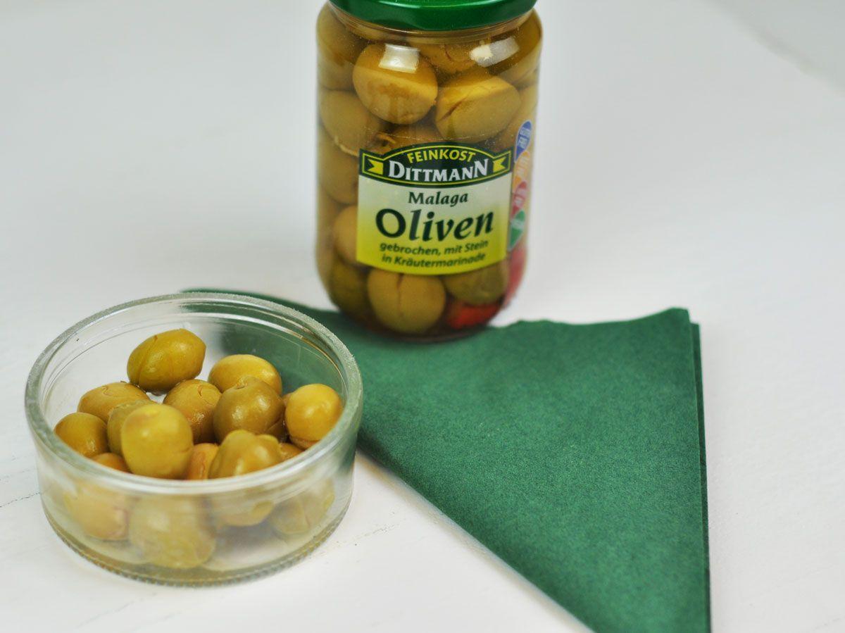 Mediterraner Genuss aus dem Glas  –  die südspanischen Malaga Oliven mit edlen Kräutern sind der ideale Begleiter für Salate oder einfach pur.