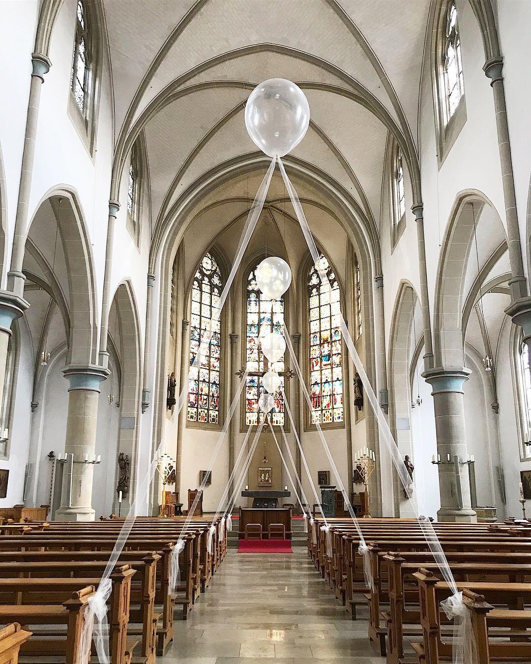Luftballons sind ein genialer und moderner Kirchenschmuck!  Lass dich von weiteren 139 Ideen für eure Hochzeitsdeko verzaubern!