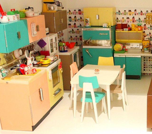 blythe kitchen -- wallpaper! teapots! :D