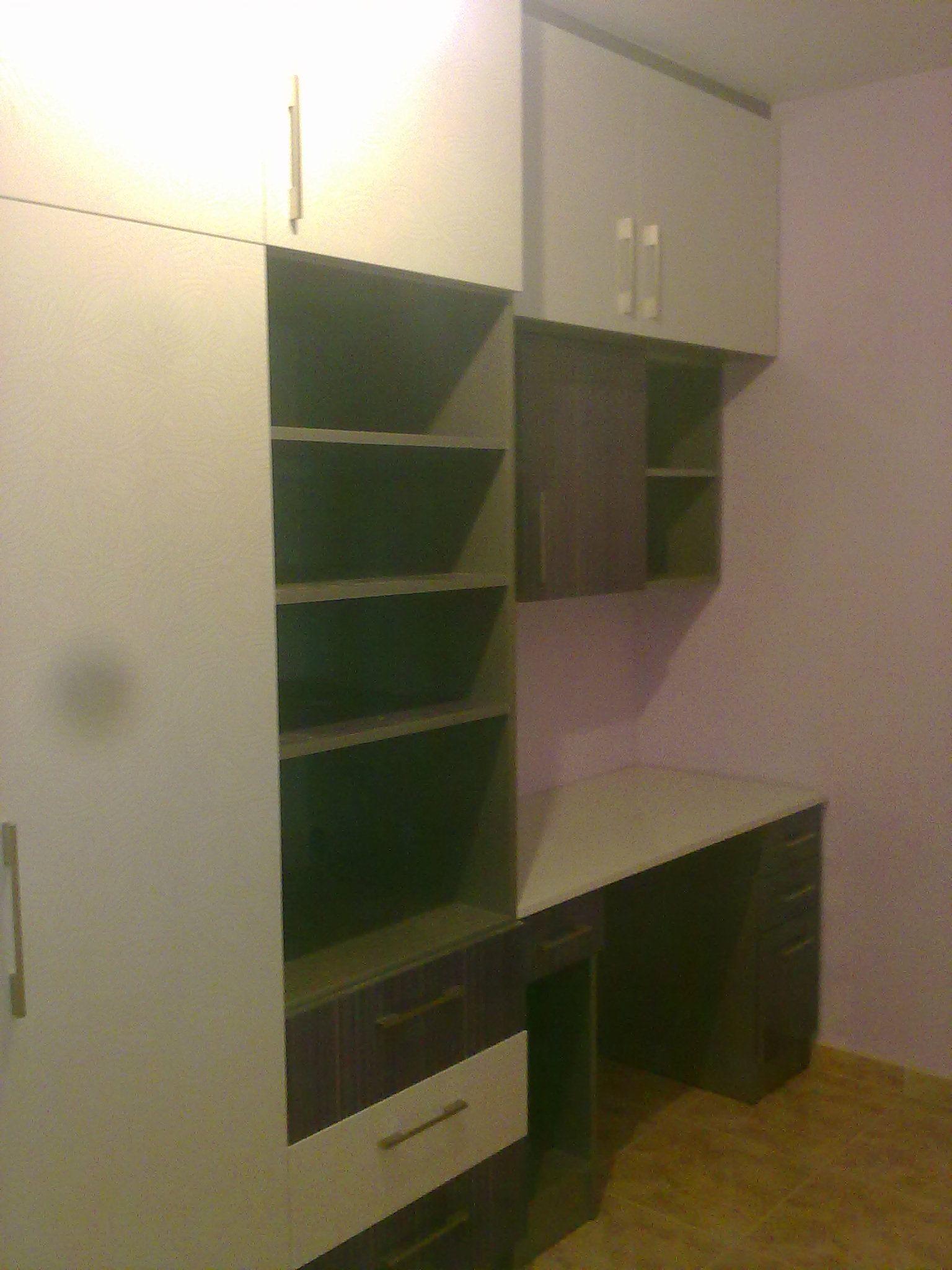 dormitorio en formica color morado y blanco brillo