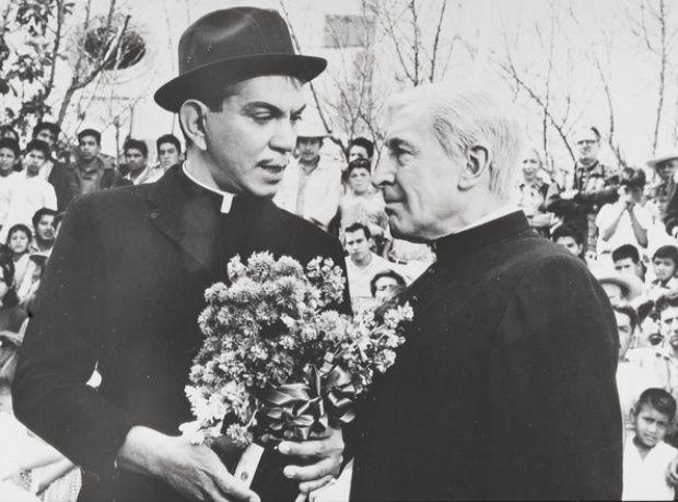 """El padre Sebas en El Padrecito. 1964. """"El que esté libre de pecado"""