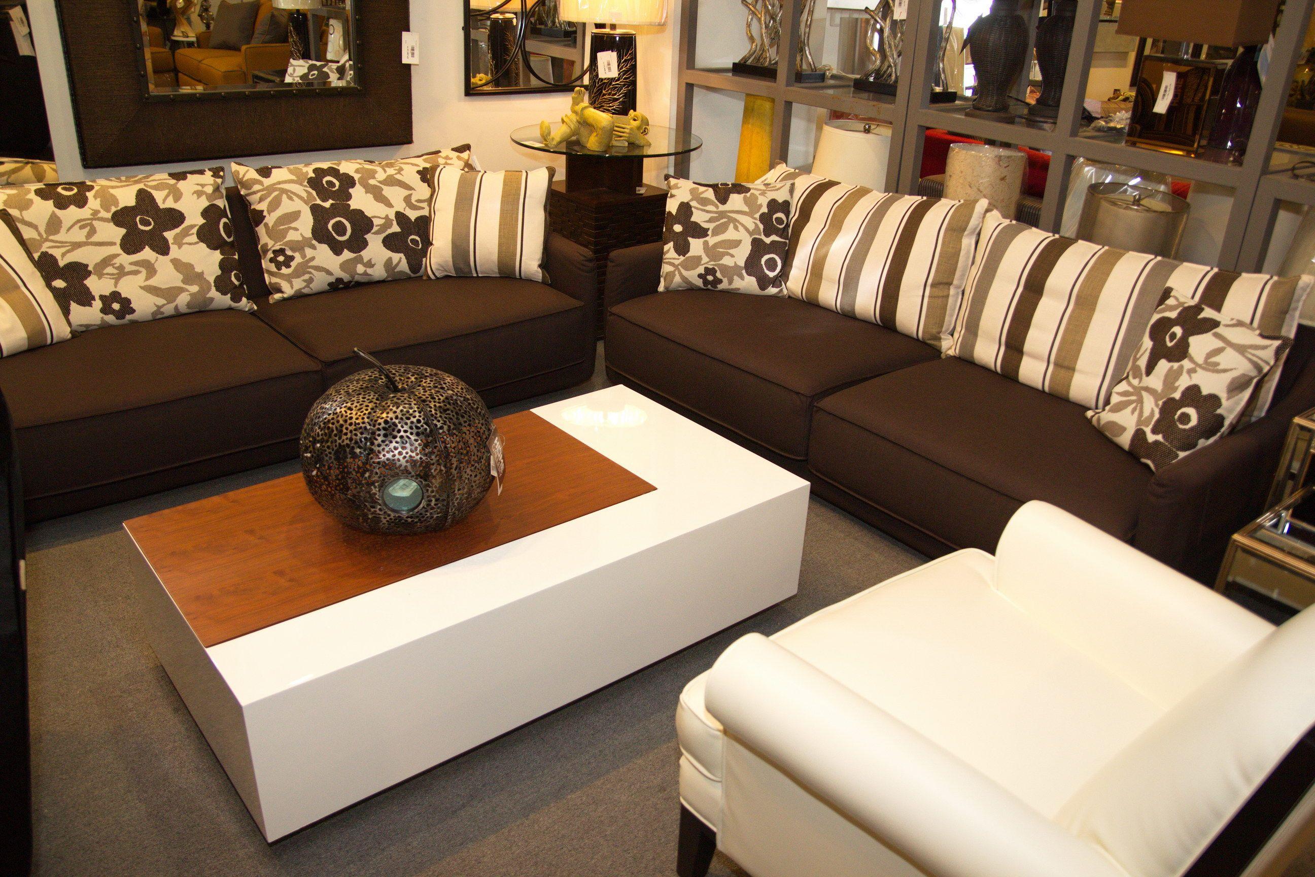 Juego de sala con cojines decorativos en estampado de for Cojines para sofas