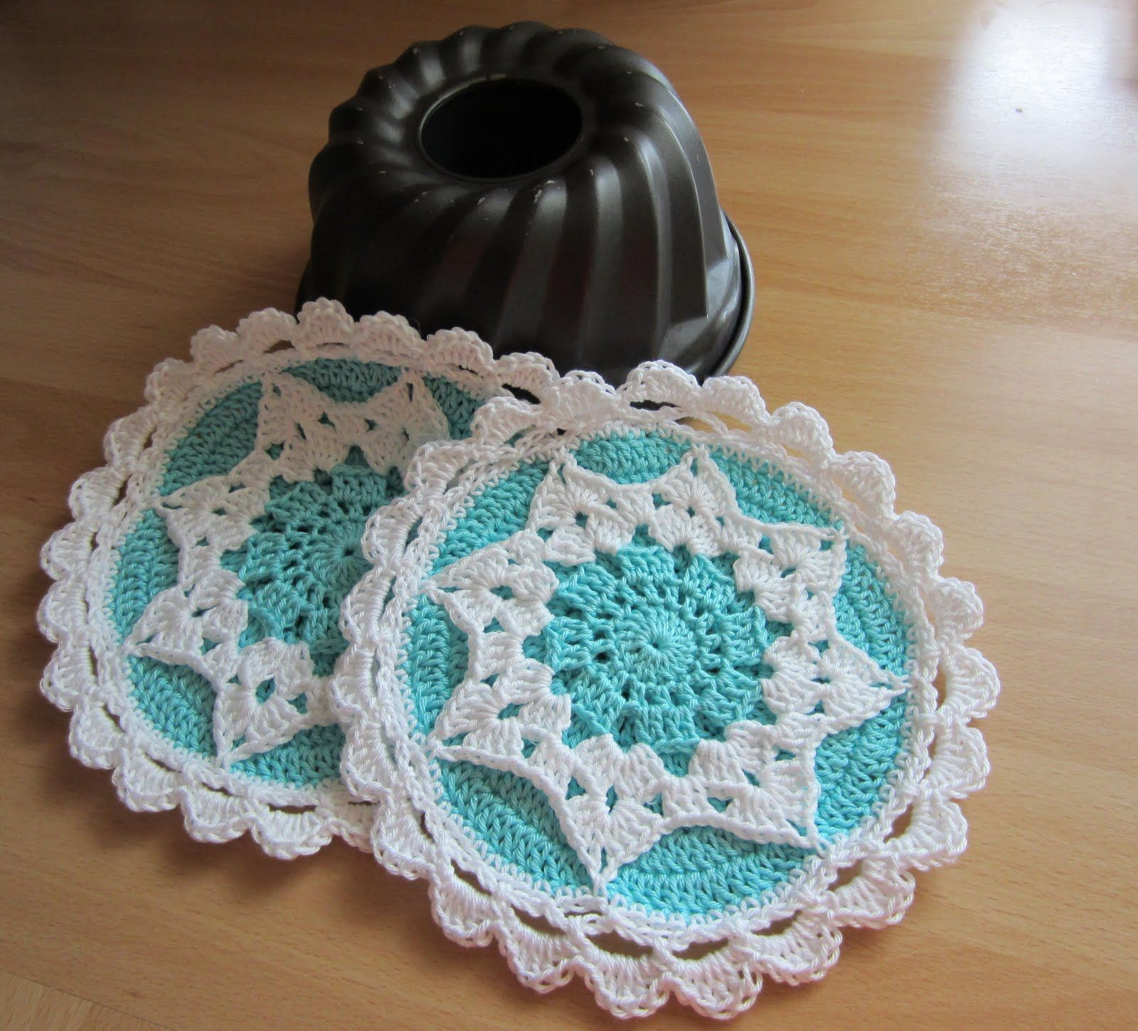 Free Crochet Pattern for this Sweet Potholder...link to Ravelry for ...