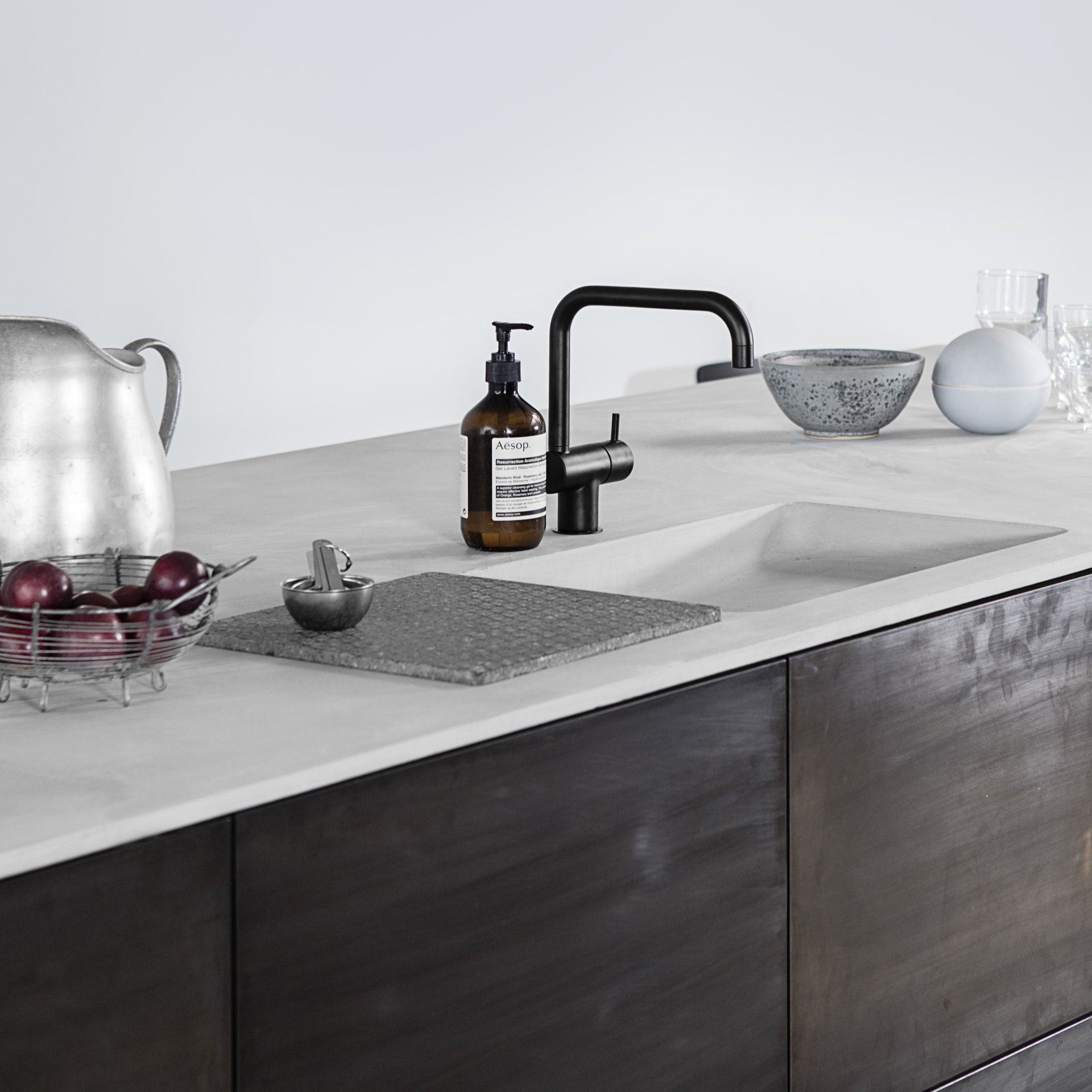 Innenarchitektur für küchenschrank norm architectsu kitchen design in sawn smoked oak with a countertop