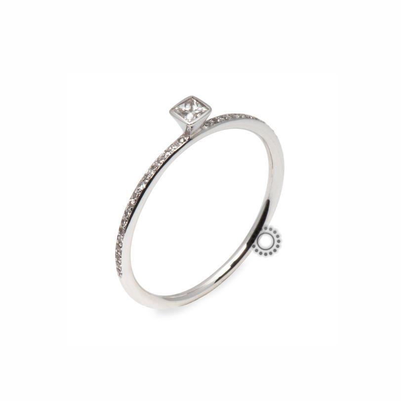 Ένα πολύ διακριτικό  amp  όμορφο μονόπετρο δαχτυλίδι λευκόχρυσο Κ18 με  κεντρικό διαμάντι καρέ (princess b802bbb0a56