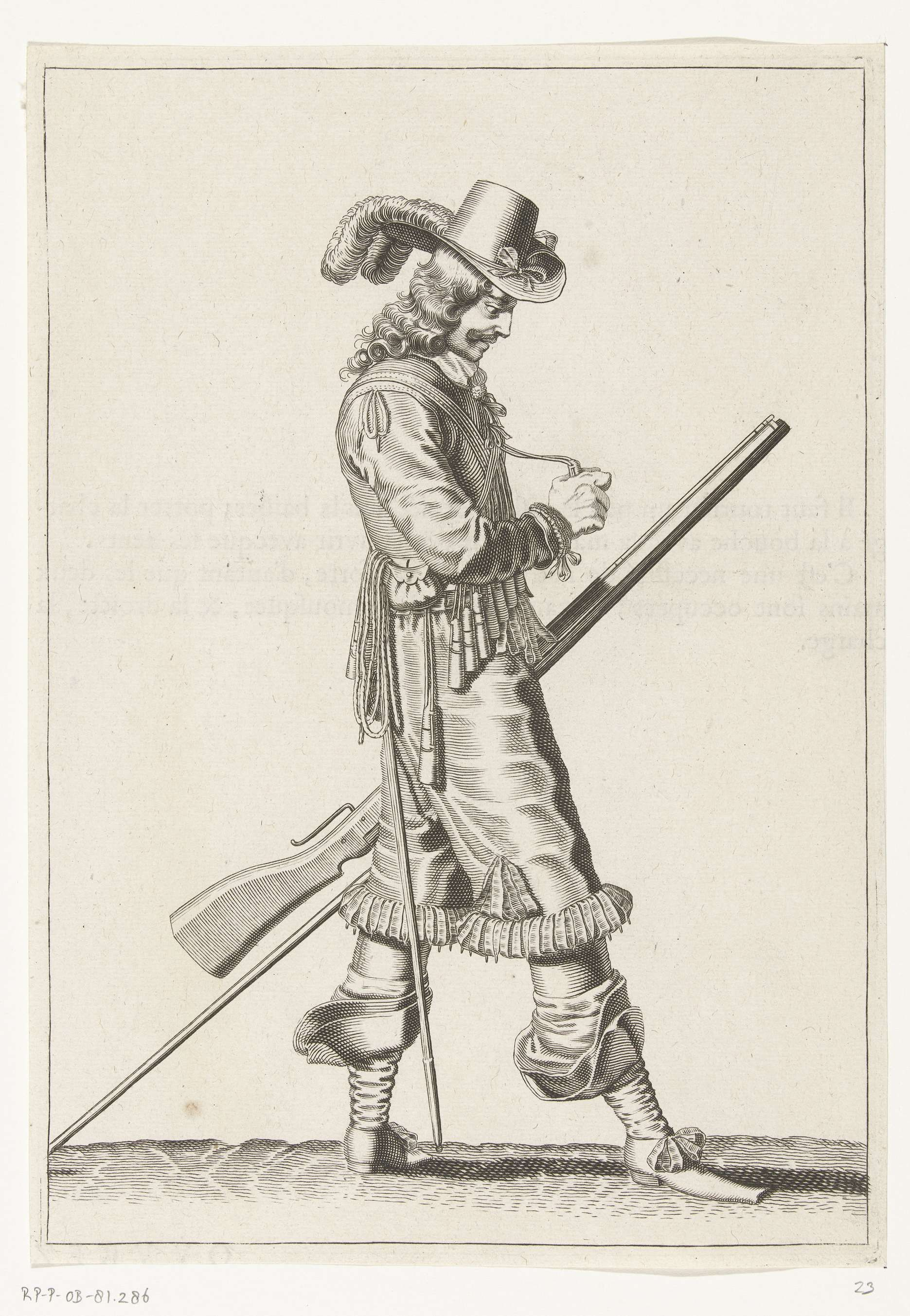 Petrus Rucholle   Soldaat met een musket die een kruitmaat opent, ca. 1645, Petrus Rucholle, 1645 - 1647   Een soldaat, ten voeten uit, naar rechts, die met zijn linkerhand bij zijn linkerdijbeen een musket (een bepaald type vuurwapen) vasthoudt, de loop schuin omhoog wijzend. In zijn linkerhand behalve het musket ook een furket (musketvork). Met zijn rechterhand opent hij een van de kruitmaatjes aan zijn bandelier. Bedrukt op achterzijde met tekst in het Frans. Vrije kopie naar plaat 23 in…