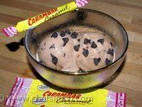 Glace carambar aux pépites de chocolat - Recette de la glace au carambar et pépites de chocolat