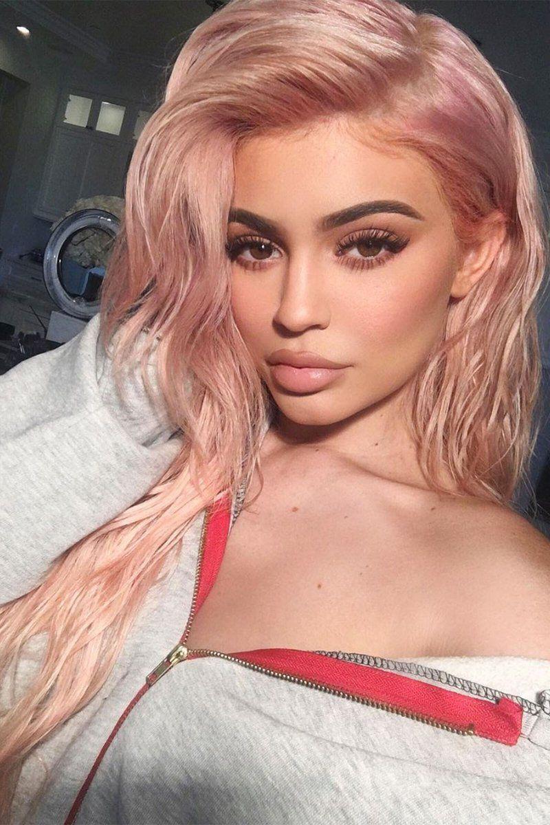 Окрашивание волос розовое золото на Кайли Дженнер