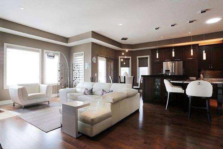 salotto open space con parquet e divani bianchi interior