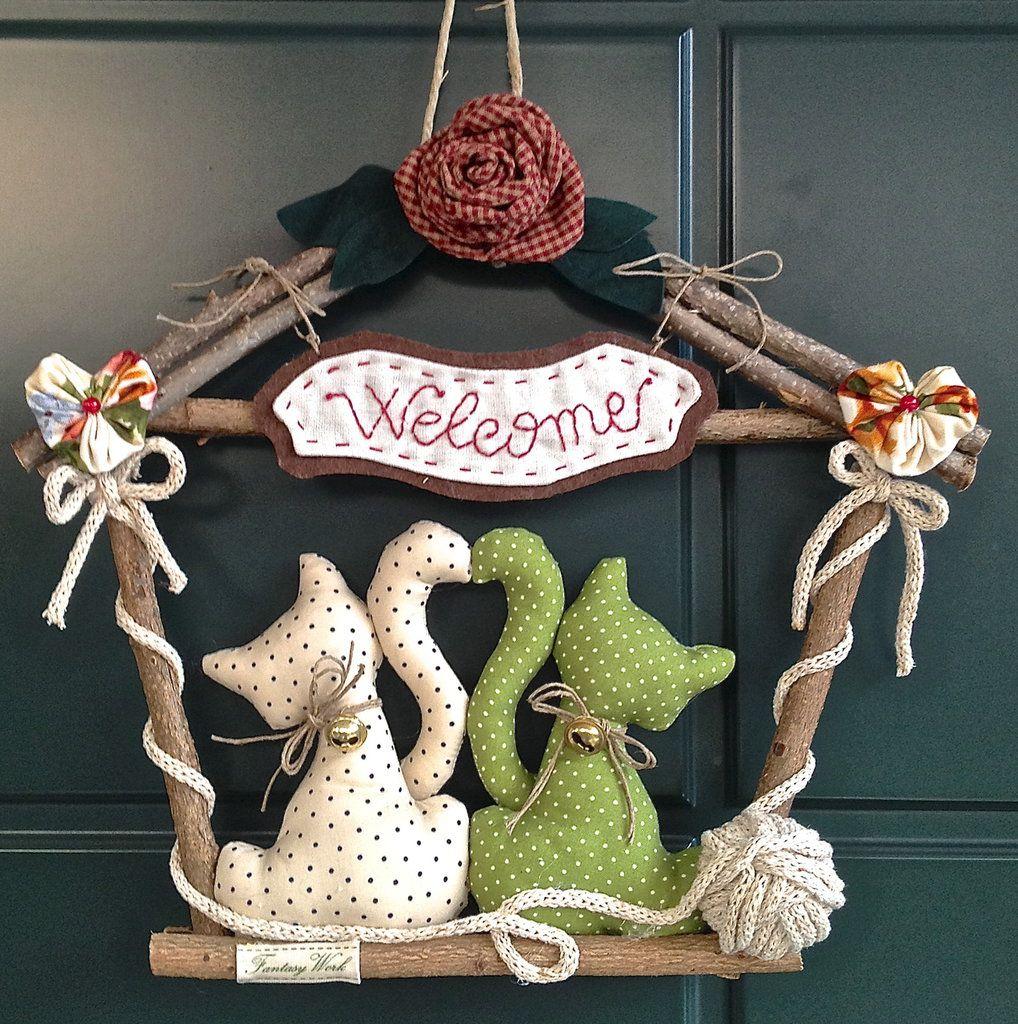 Ghirlanda casetta in legno con gattini e fiori idee per for Gatti in pannolenci