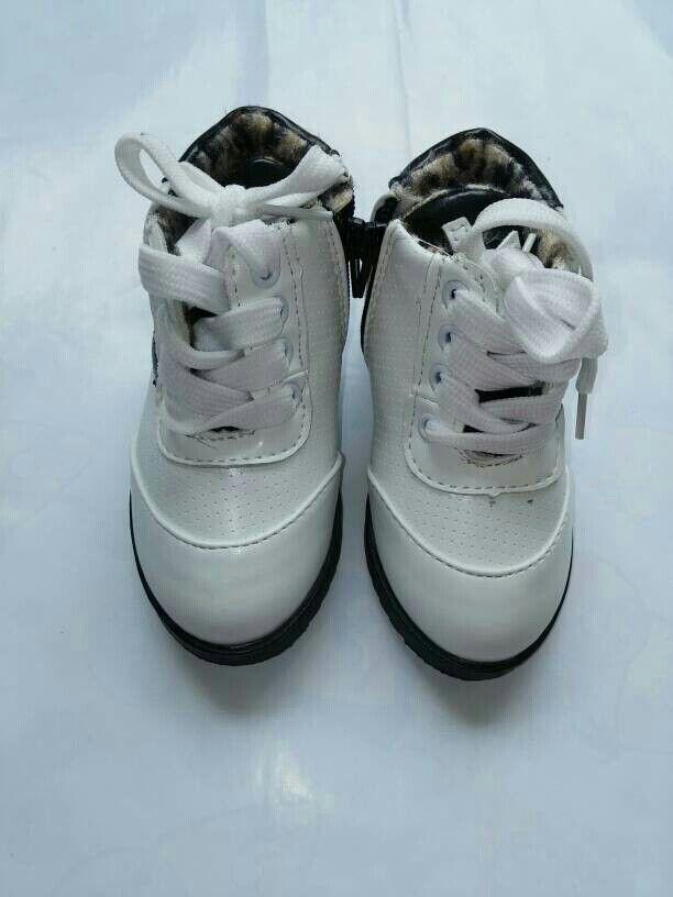 Sepatu Putih Stripe Hitam Tali Sepatu Dan Hitam