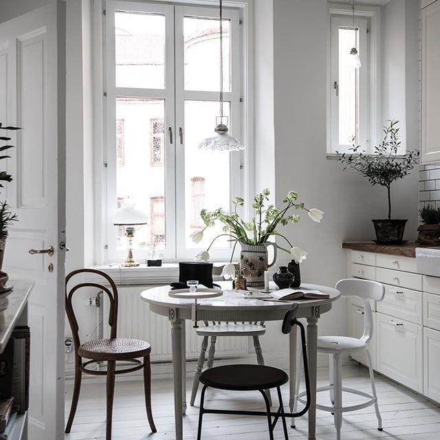 "Chaises Nicolle® H45 blanches  ""Styled by Emma Hos "" http://www.chaises-nicolle.com/fr/ #lägenhettillsalu#bjurfors_goteborg#emmahos#styledbyemmahos#godmorgon!"