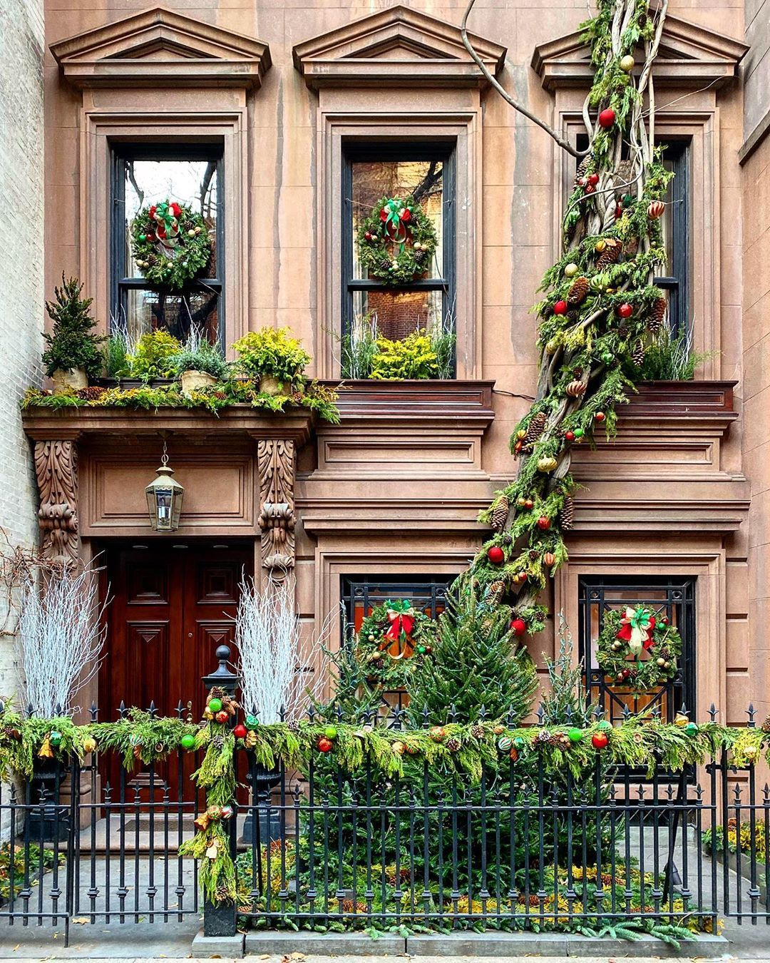 """Habitually Chic® on Instagram: """"The most photographed house each holiday season and for good reason. #christmas #uppereastside #nyc #christmasinnewyork #putawreathonit"""""""