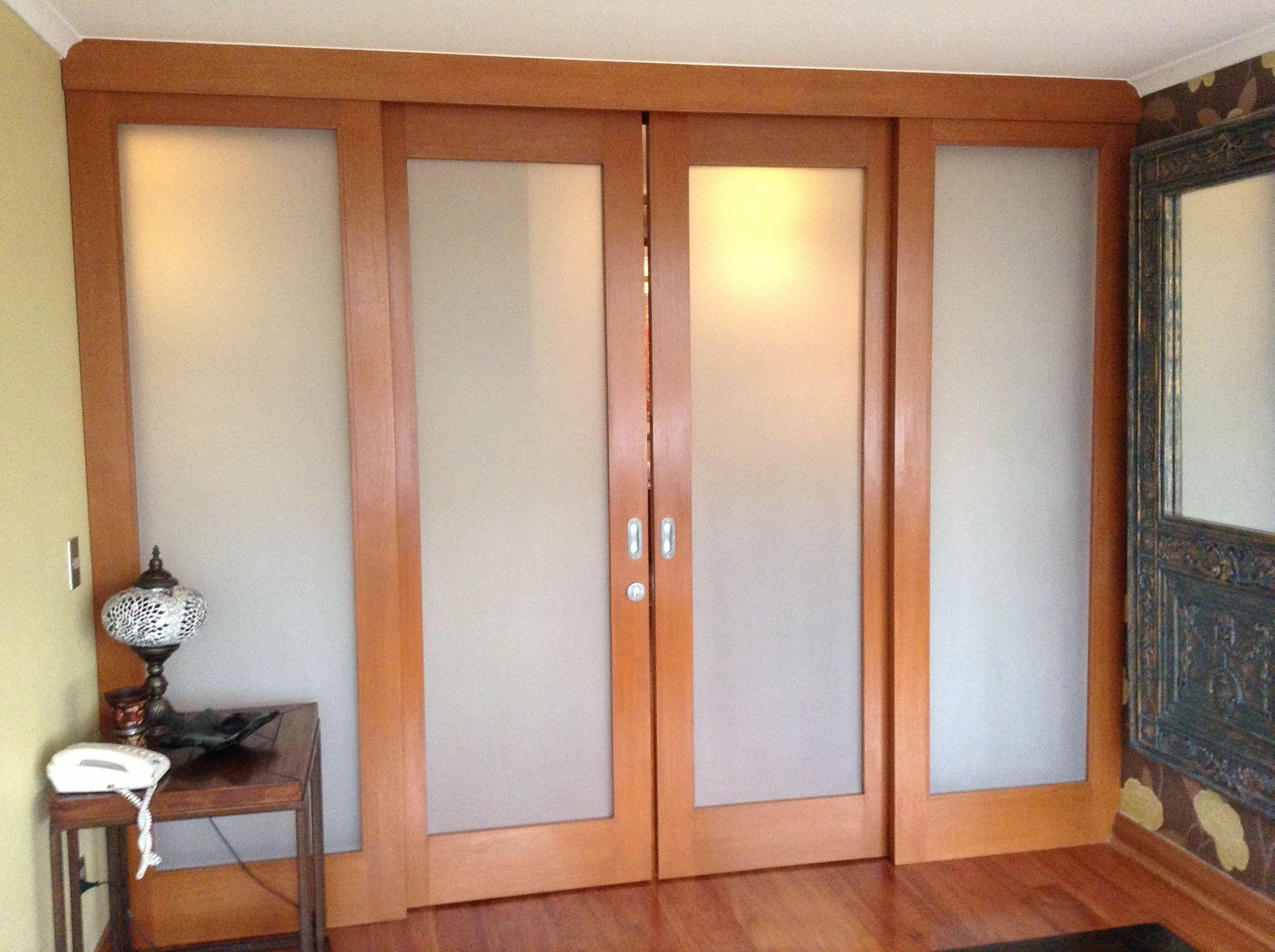 Dise o e instalaci n de puertas correderas en madera de - Puertas madera y vidrio ...