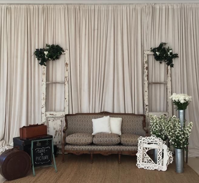 Photoplace, fondo entelado crudo, puertas vintage, sillón de estilo ...
