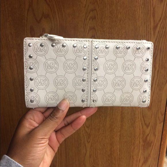 Michael Kors wallet Michael Kors wallet! If you want the bundle deal it will be $260 Michael Kors Bags Wallets