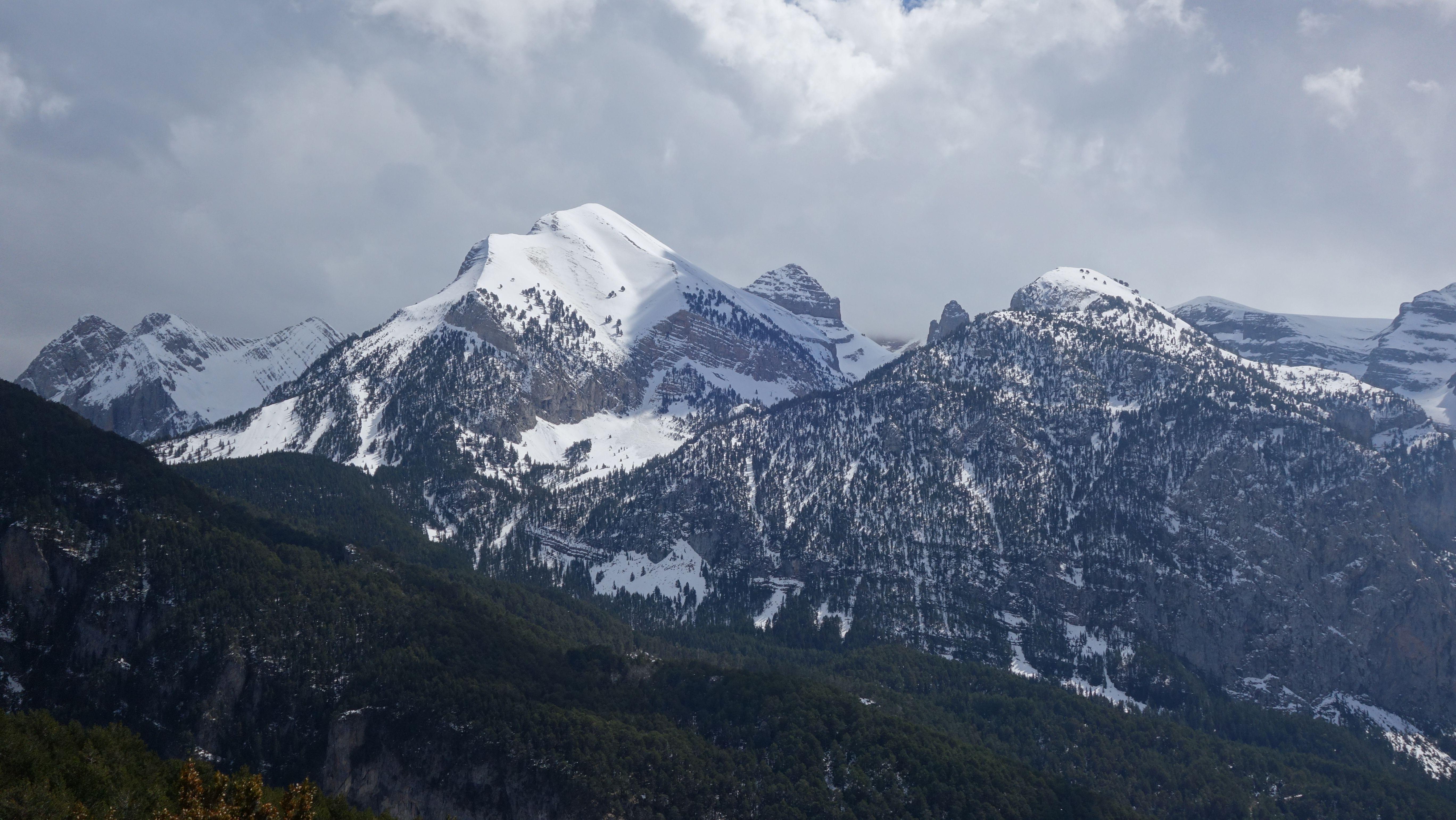 Punta Alta (2735 metros), Picollosa (2708 metros), La Ribereta (2685 metros), Punta Es Litás (2622 metros), Peña La Una (2699 metros) y las Agujas de Lavasar